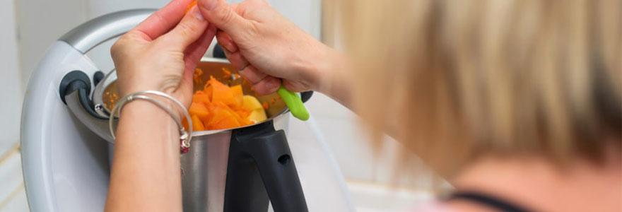 Grâce à la technologie, la cuisine se métamorphose. Elle est désormais équipée d'appareils intelligents qui rendent notre quotidien de plus en plus agréable.