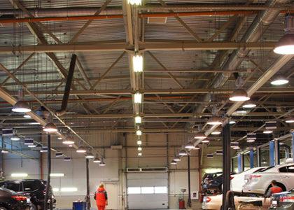 Espace industriel éclairé par des réglettes LED et autres luminaires industriels